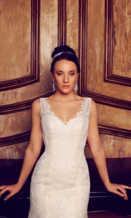 Свадебное платье силуэта «рыбка» с длинным полупрозрачным шлейфом и V-образным вырезом.