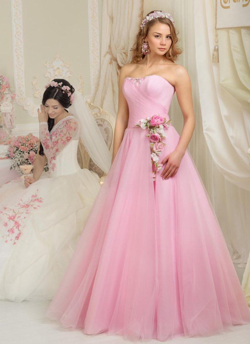 Розовое свадебное платье силуэта «принцесса» с объемными бутонами на талии.