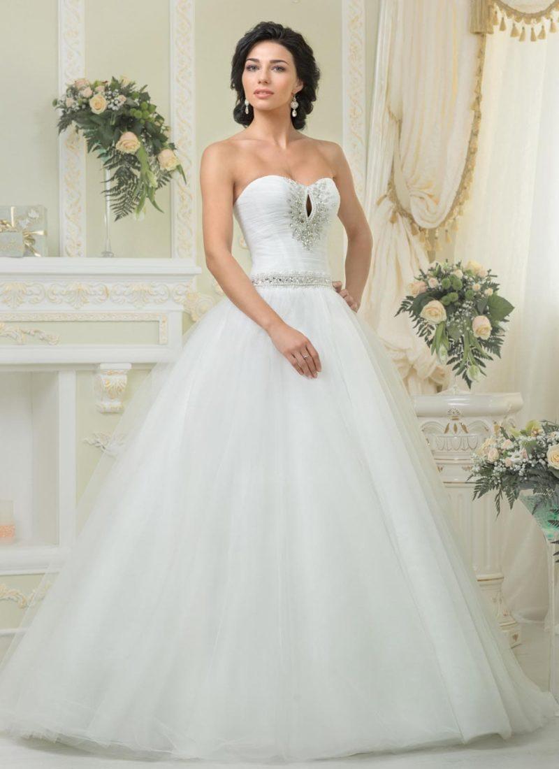 Открытое свадебное платье пышного силуэта с крупными стразами на лифе.