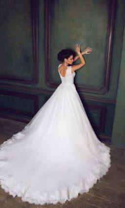 Пышное свадебное платье с кружевным лифом и небольшим вырезом на спинке.