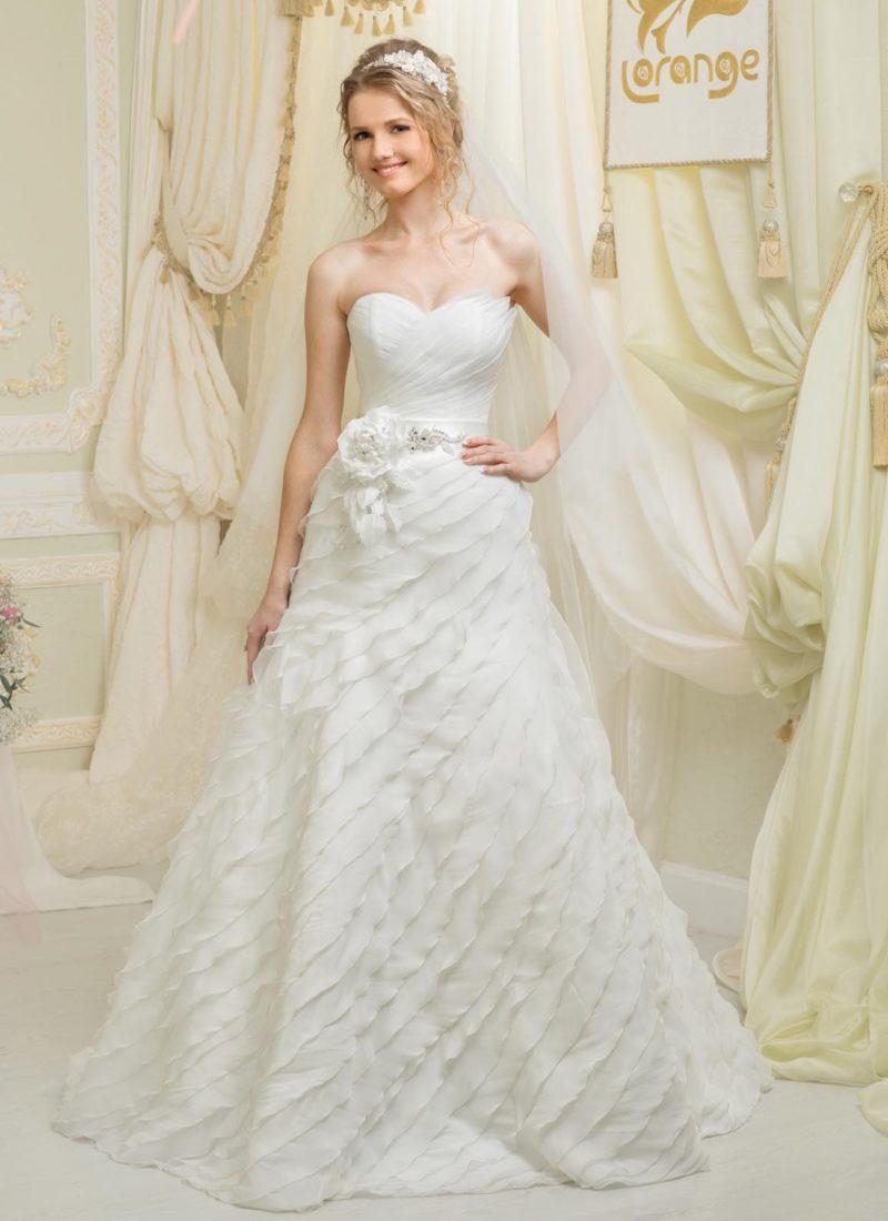 Свадебное платье «принцесса» с фигурным открытым лифом и драпировками по подолу.