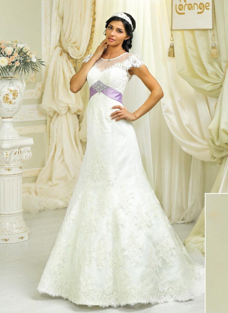 Кружевное свадебное платье силуэта «принцесса» с атласным поясом лавандового цвета.