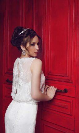 Свадебное платье «рыбка» с закрытым лифом просторного кроя и длинным шлейфом.