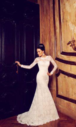 Кружевное свадебное платье с силуэтом «рыбка» и длинными облегающими рукавами.