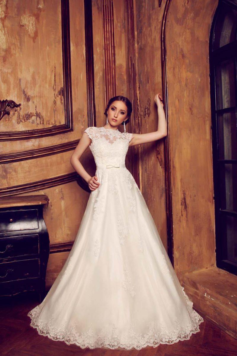 Свадебное платье силуэта «принцесса» с закрытым кружевным верхом и ажурной спинкой.