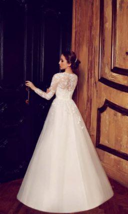 Свадебное платье «принцесса» с романтичными ажурными рукавами и поясом на талии.