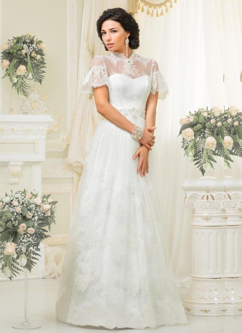 Закрытое свадебное платье с короткими пышными рукавами и юбкой А-силуэта.