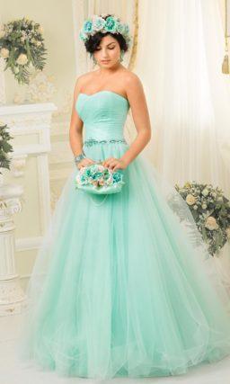 Пышное свадебное платье с открытым корсетом, покрытым романтичными драпировками.