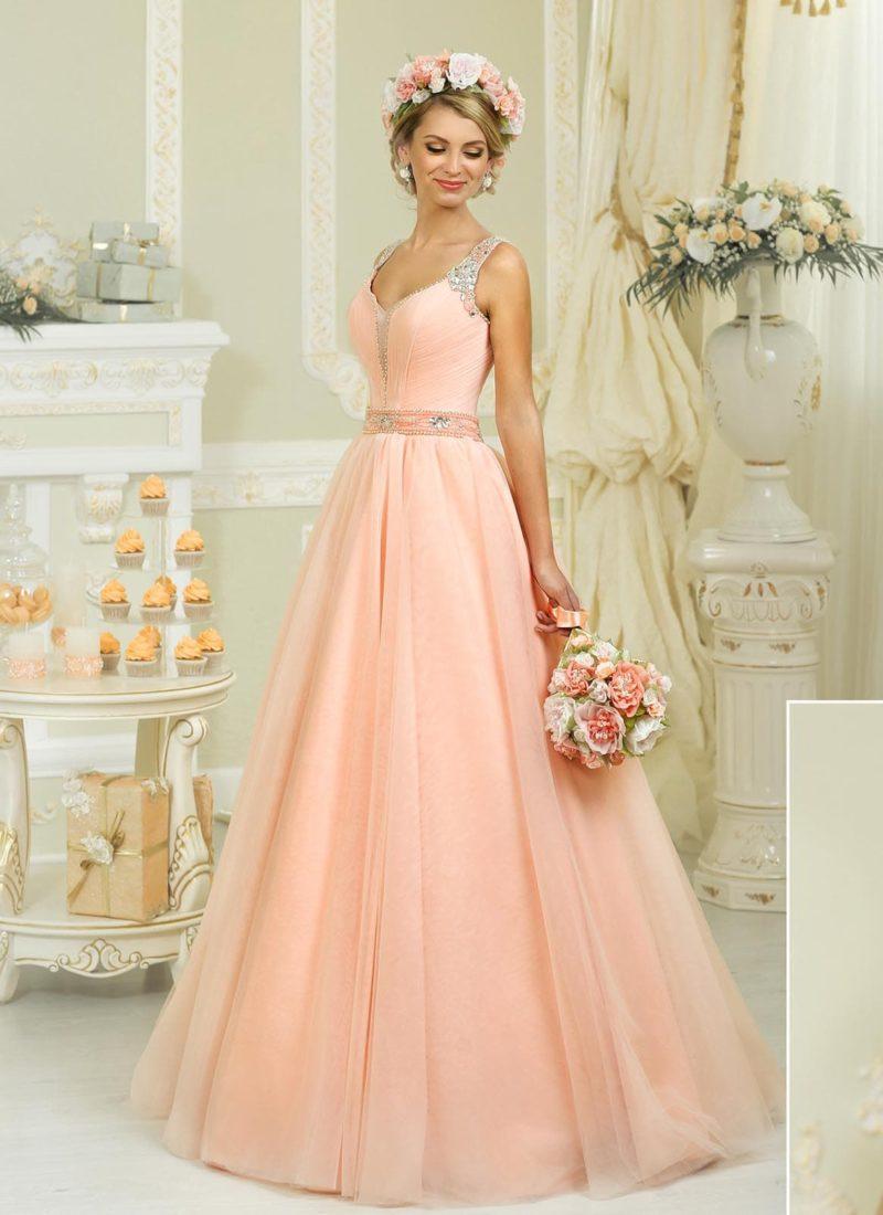 Свадебное платье силуэта «принцесса» персикового цвета со сверкающей вышивкой на бретелях.