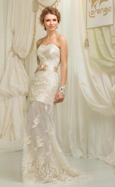 Оригинальное свадебное платье прямого силуэта с юбкой, полупрозрачной ниже колена.
