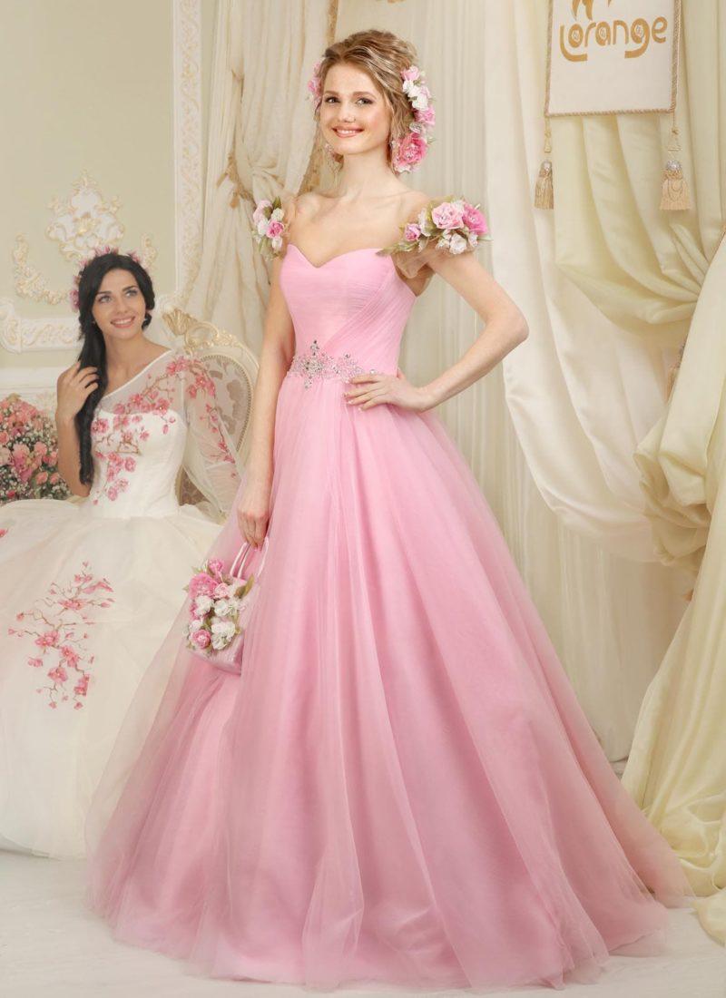 Необычное свадебное платье розового цвета с бретелями, покрытыми пышными бутонами.