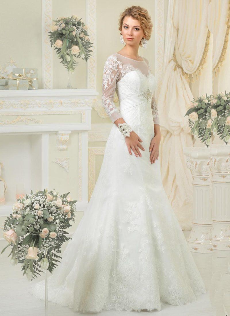 Кружевное свадебное платье силуэта «рыбка» с элегантным лифом с длинными рукавами.