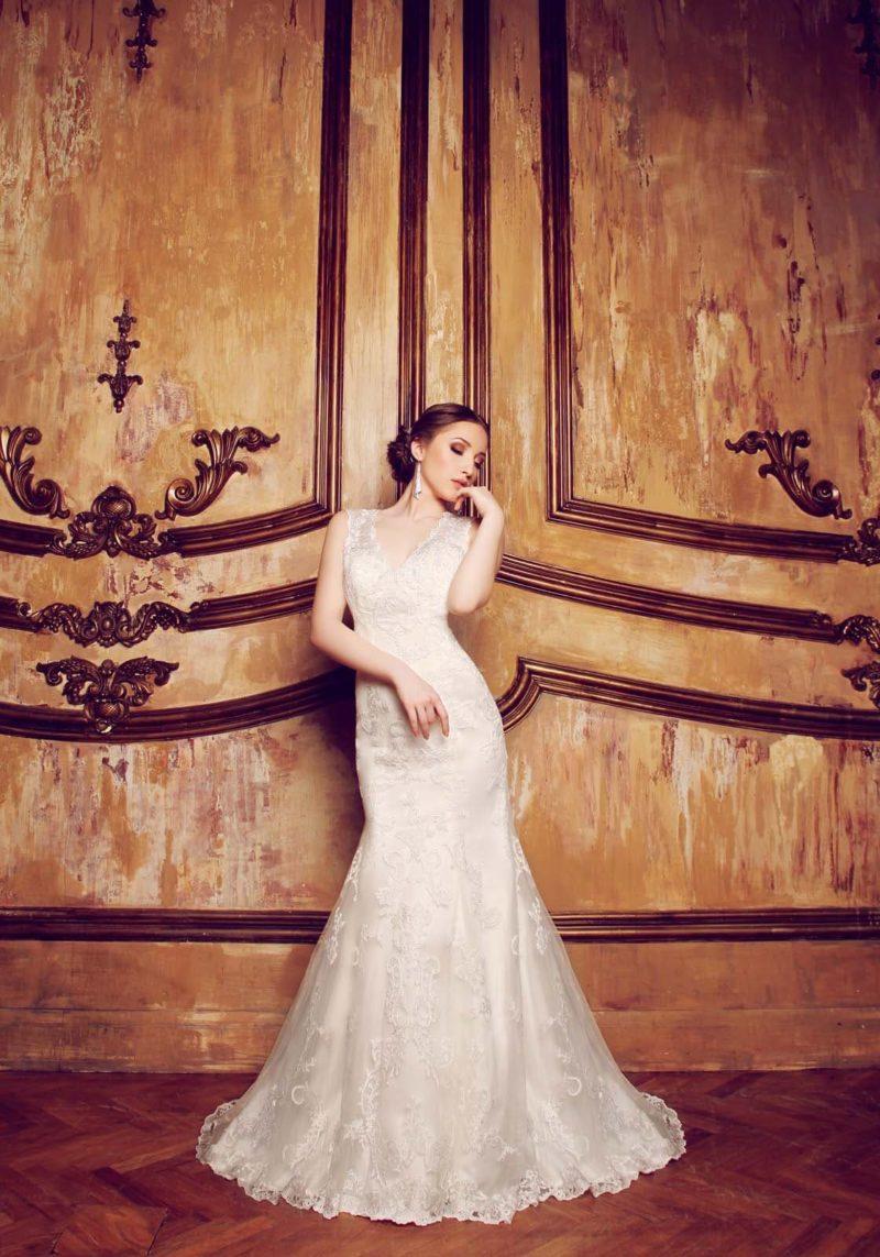 Кружевное свадебное платье силуэта «рыбка» с открытой спинкой и шлейфом сзади.