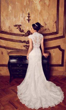 Свадебное платье силуэта «рыбка» с кружевной отделкой и V-образным вырезом.