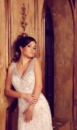 Торжественное свадебное платье силуэта «рыбка» с V-образным лифом и шлейфом сзади.