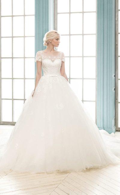 Нежное свадебное платье пышного силуэта с открытой спинкой и короткими рукавами.