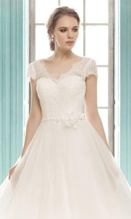 Безупречное свадебное платье с силуэтом «принцесса» и элегантным кружевным верхом.
