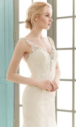 Ажурное свадебное платье с V-образным вырезом лифа и облегающей юбкой «рыбка».