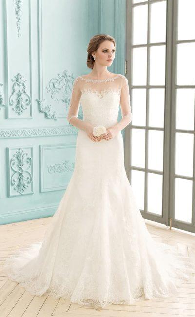 Прямое свадебное платье с верхом из полупрозрачной ткани с нежными кружевными аппликациями.