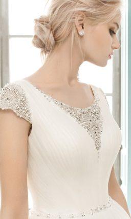 Пышное свадебное платье с короткими рукавами и сверкающей вышивкой на закрытом лифе.