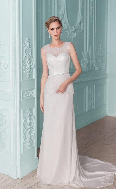 Свадебное платье прямого силуэта с длинным шлейфом и кружевной вставкой на спинке.