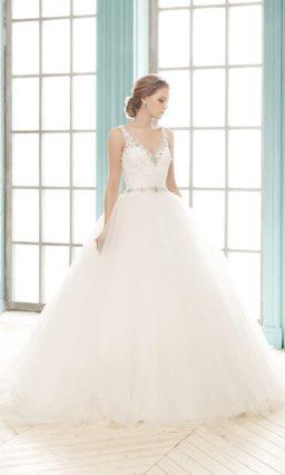 Торжественное свадебное платье силуэта «принцесса» с ажурным верхом с V-образным вырезом.