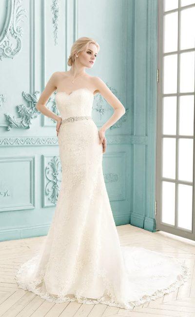 Свадебное платье прямого силуэта с роскошным длинным шлейфом и открытым лифом-сердечком.
