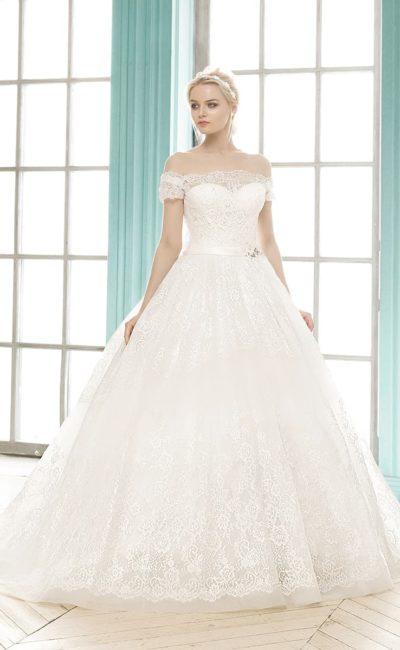 Пышное свадебное платье с портретным декольте и кружевной отделкой спинки.