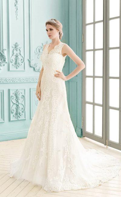Кружевное свадебное платье прямого силуэта с вырезом «замочная скважина» на спине.