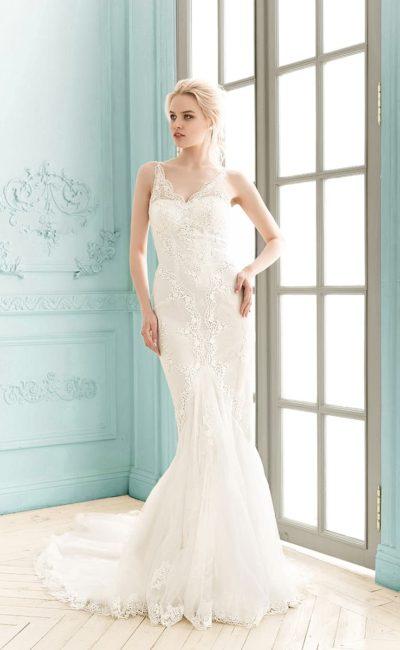 Облегающее свадебное платье силуэта «рыбка» с многослойным шлейфом и V-образным лифом.