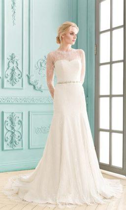 Закрытое свадебное платье прямого силуэта с элегантными ажурными рукавами.
