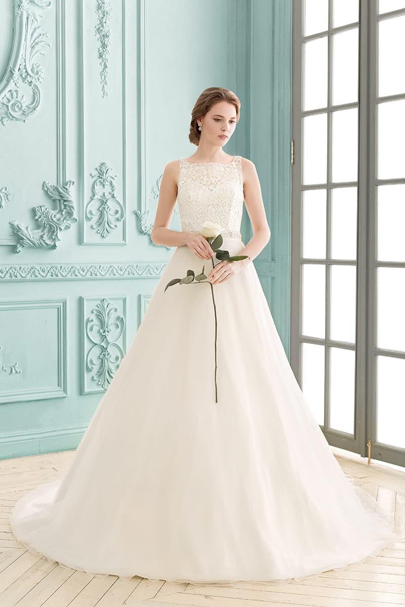Свадебное платье с А-силуэтом и сдержанным кружевным верхом с тонкими бретелями.