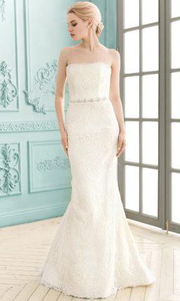 Кружевное свадебное платье прямого силуэта с изящным открытым корсетом.