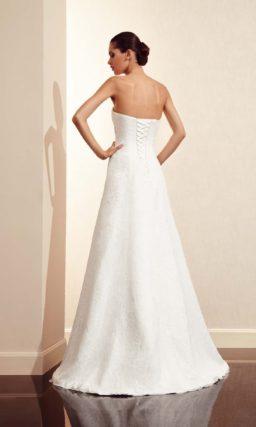 Открытое свадебное платье силуэта «принцесса» с широким поясом, украшенным бантом.