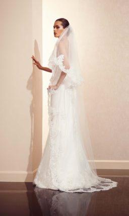 Прямое свадебное платье с завышенной линией талии, оформленное по юбке ажурной отделкой.