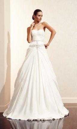 Открытое свадебное платье с декором из драпировок.