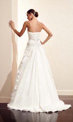Открытое свадебное платье силуэта «принцесса» с декором из драпировок.