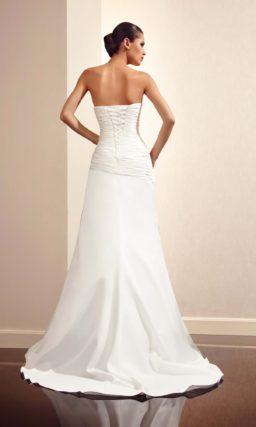 Свадебное платье прямого силуэта с драпировками и открытым лифом.