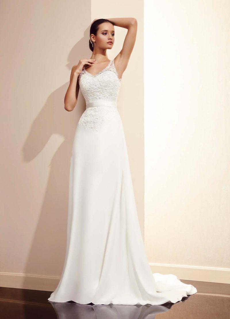 Прямое свадебное платье с элегантным лифом с узкими ажурными бретелями.