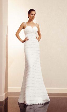 Открытое свадебное платье прямого силуэта с декором из горизонтальных оборок.