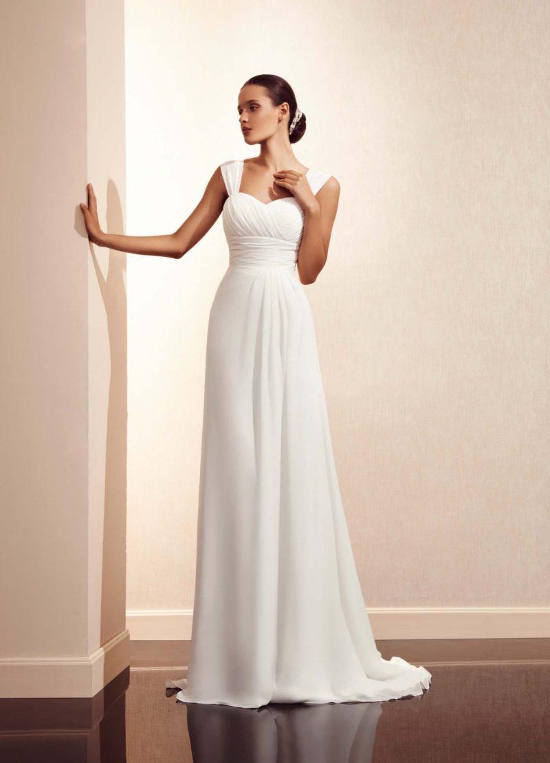 Прямое свадебное платье со шлейфом и отделкой из драпировок по лифу.