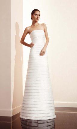 Прямое свадебное платье с горизонтальными полосами декора и съемной юбкой.