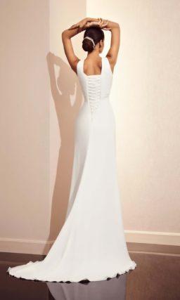 Прямое свадебное платье c V-образным декольте и шлейфом сзади.