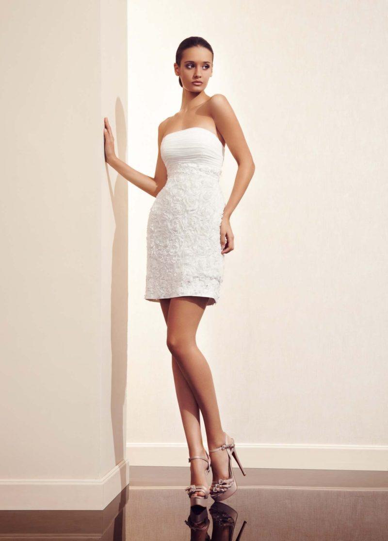 Открытое свадебное платье длиной до колена с объемной отделкой из аппликаций.