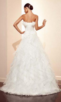 Свадебное платье с пышными оборками по лифу и подолу.