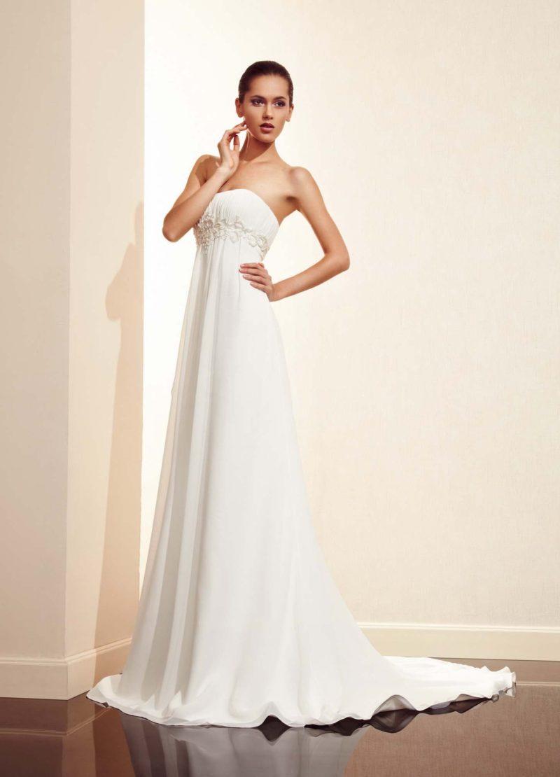 Прямое свадебное платье с завышенной линией талии и открытым лифом.