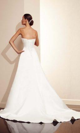 Открытое свадебное платье с фактурной вышивкой.