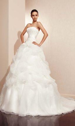 Пышное свадебное платье с декором из объемных полупрозрачных оборок.