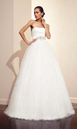 Пышное свадебное платье с открытым корсетом с изящной линией декольте.