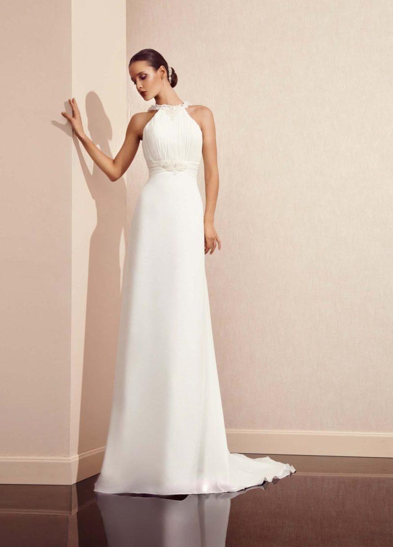 Прямое свадебное платье с бретелью халтер и открытой округлым вырезом спинкой.
